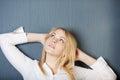 Blond avslappnande affärskvinna looking away Royaltyfri Bild