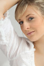 Blonde in een witte blouse Stock Foto's
