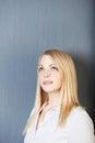 Blonde entspannende geschäftsfrau looking away Lizenzfreie Stockbilder