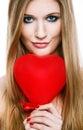 Blonde sonriente del Day.Beautiful de la tarjeta del día de San Valentín Foto de archivo