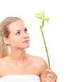 Blondes Mädchen, das den Bambus anhält Lizenzfreie Stockfotografie