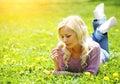 Blondine mit gelber löwenzahn blume Lizenzfreie Stockfotos