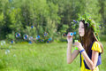 Blowen bubbles flickan Royaltyfri Foto