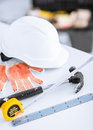 Blueprint ruller capacete e martelo flexíveis Foto de Stock