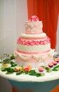 Bolo de casamento decorado com rosas Imagens de Stock