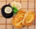 Bolos, limão e chá doces Fotografia de Stock Royalty Free