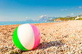 Boule gonflable colorée sur un pebble beach Photo libre de droits
