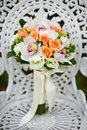 Bouquet de fleur de mariage sur une présidence de jardin blanche Image libre de droits