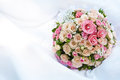 Bouquet des roses roses sur le blanc Photos stock