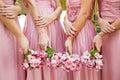 Bouquet nuptiale de fleurs et de jeunes mariées de mariage Photographie stock libre de droits