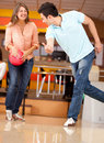 Bowling de couples Photographie stock libre de droits