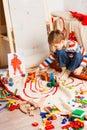 Chlapec na poschodie hrá rôznofarebný bloky