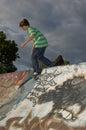 Chlapec na korčuľovať