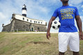 Brasilianischer fußballspieler soccer player standing in salvador brazil Stockfoto
