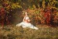 Braut die im herbstbusch sitzt Stockbild