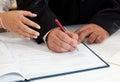 Braut und bräutigam signing marriage certificate Lizenzfreies Stockfoto