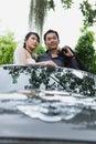 Braut und bräutigam smiling together while das im auto steht Stockfotografie