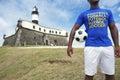Braziliaanse voetballer soccer player standing in salvador brazil Stock Foto