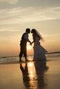 Nevesta a ženích bozkávanie na pláž