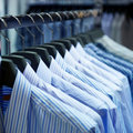 Brides de fixation de tissu avec des chemises Photos libres de droits