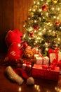 Jasne svieti vianočný stromček darčeky