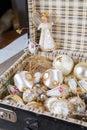 Brinquedos antigos da árvore do white christmas na mala de viagem antiga Fotografia de Stock Royalty Free
