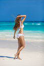 Bronstan woman sunbathing at tropical strand Royaltyfria Bilder
