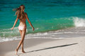 Bronstan woman sunbathing at tropical strand Royaltyfri Foto
