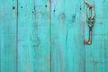 Chiave appeso su legno