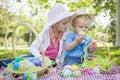 Brother joven y hermana enjoy easter eggs afuera Imagen de archivo libre de regalías