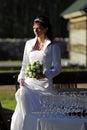 Bruid die zich over drinkbekers bevindt Stock Foto