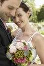 Bruid en bruidegom embracing in park Royalty-vrije Stock Afbeeldingen