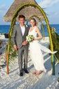 Bruid en bruidegom het strandceremonie van getting married in Royalty-vrije Stock Afbeelding