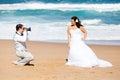 Bruidegom die de foto's van de bruid neemt Royalty-vrije Stock Afbeeldingen
