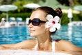 Brunette magnífico en piscina Fotos de archivo