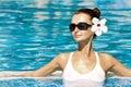 Brunette magnífico en piscina Imagenes de archivo