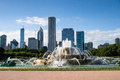 Buckingham fountain in chicago skyscrapers from the clarence memorial grant park Stock Photos