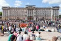 Buckingham palace london england tourists sitting in front of Royalty Free Stock Photos