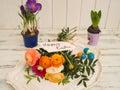 """Bukiet kwiaty i wiadomość tekstowa z """"happy wielkanocą Fotografia Royalty Free"""