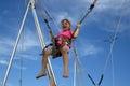 Bungee jumping della ragazza sul trampolino Fotografia Stock