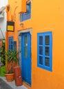 Buntes Haus mit blauen Fenstern in Santorini Stockbild