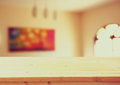 Bureau et salon en bois avec la fenêtre et la peinture de vintage image filtrée lumière normale Photos stock