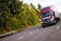 Burgundské polotovarov nákladné auto a príves v rovno široký hod