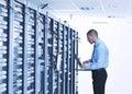 Podnikatel přenosný počítač v síť serverovna