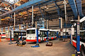 Bussen in workshops in Depot Hostivar, Praag Stock Afbeeldingen