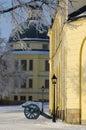 Cañones en el cuerpo de guard en el fondo el teatro del palacio drottningholm es un sitio del patrimonio mundial de la unesco Foto de archivo