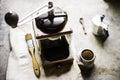 Cada mañana tiene tiempo para hacer un café moliendo e hirviendo al lado del pote del moka Imagen de archivo libre de regalías