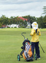 Caddie de Colf no fairway Foto de Stock Royalty Free