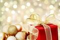 Cadeau de Noël sur le fond defocused de lumières Photographie stock libre de droits