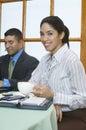 Café de holding cup of da mulher de negócios Fotos de Stock Royalty Free